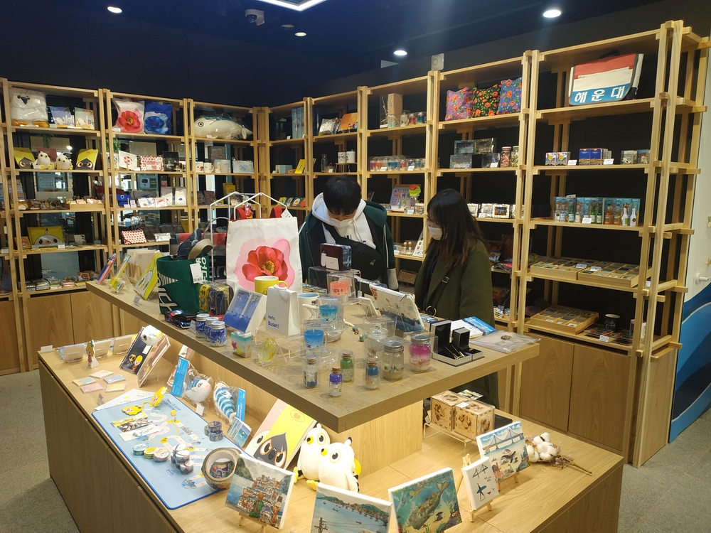 Souvenir stores open in Busan Station