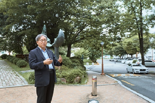 정광민 이사장이 부마민주항쟁이 시작된 당시 부산대학교 인문사회관 앞에서 당시의 상황을 회고하고 있다.
