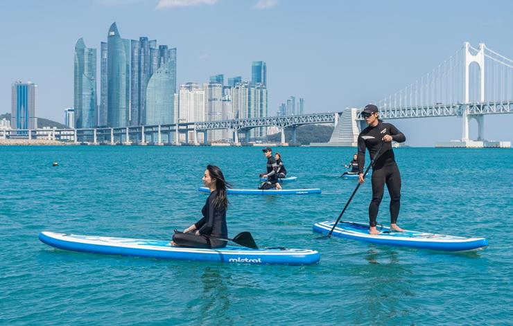 """松亭的""""冲浪"""",广安里的""""立式单桨冲浪"""" <br> 海滨休闲城市釜山,为每个海水浴场打造个性化标签"""