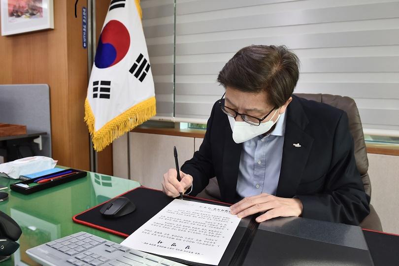 박형준 부산시장이  일본 정부에 오염수 해양 방류를 철회할 것을 요구하는 성명서에 직접 서명했다