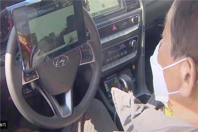 차량 내 스마트패드 교육 시청 장면(운수종사자들이 안전하고 편리하게 법정 의무교육을 이수할 수 있도록 추진)