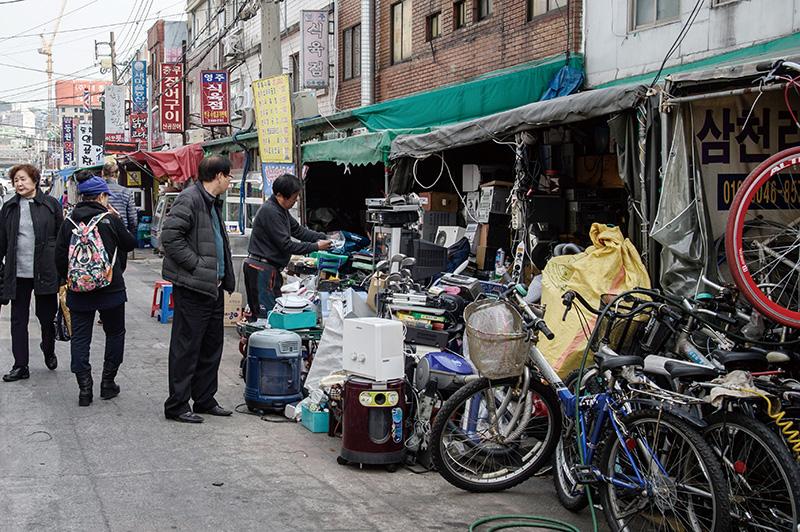 부산중앙시장 중고제품 가게와 옷 가게 풍경.