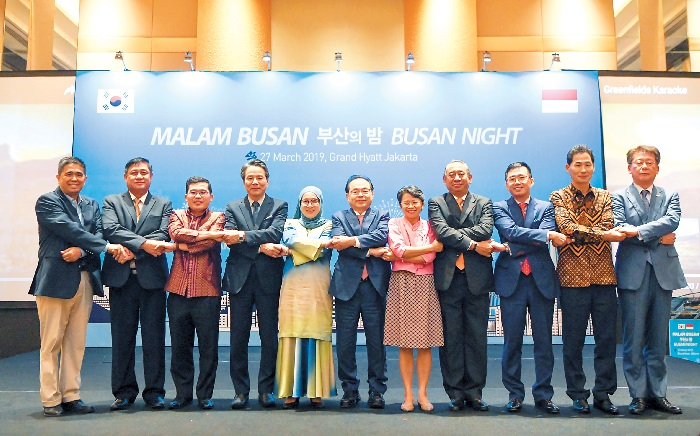 Busan to host ASEAN-ROK Commemorative Summit. Mayor Oh (center) celebrates.